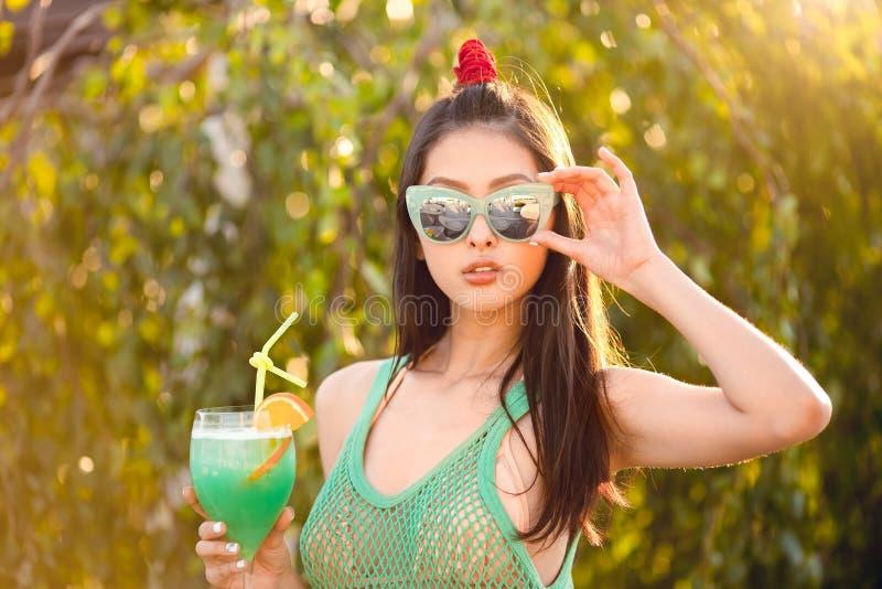 Fêmea asiática nova que aprecia o dia ensolarado fora imagens de stock