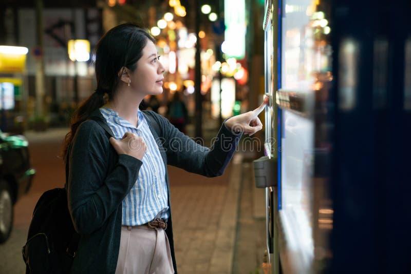 Fêmea asiática que procura que beber imagem de stock royalty free