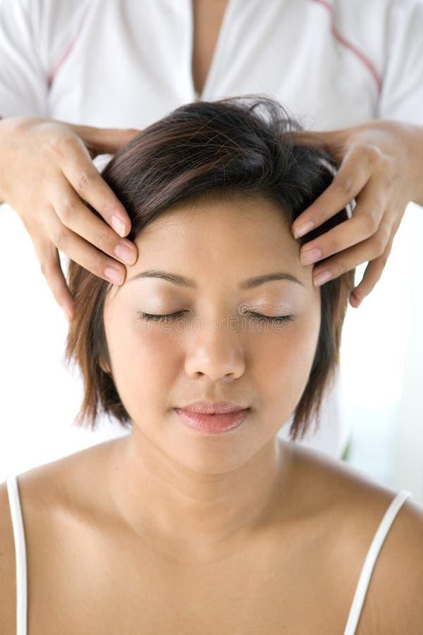Fêmea asiática que recebe a massagem principal delicada imagens de stock