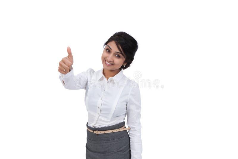 Fêmea atrativa que mostra os polegares acima fotografia de stock