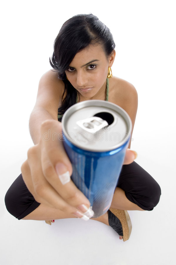 Fêmea atrativa que oferece a bebida fria foto de stock