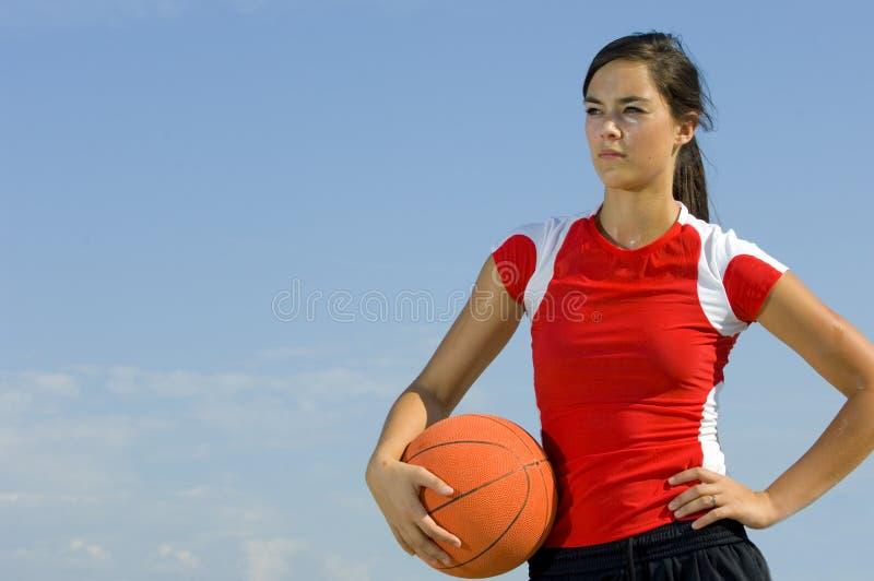 Fêmea atrativa que prende um basquetebol imagens de stock
