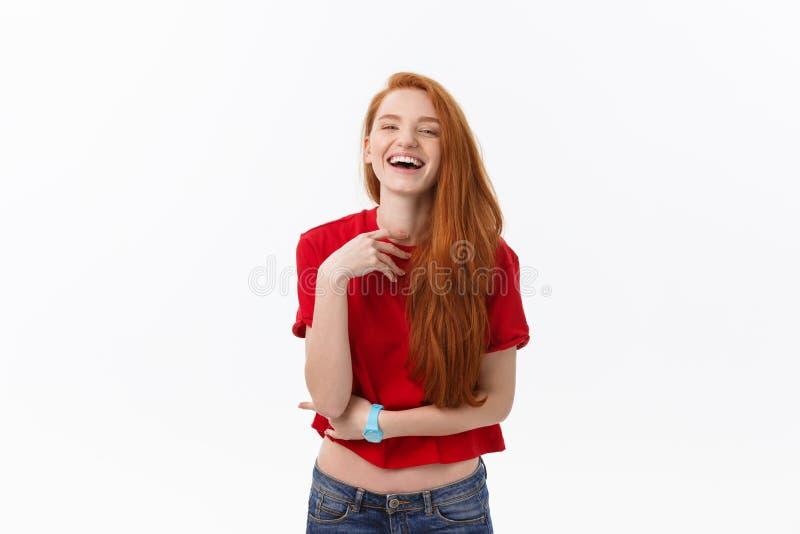 Fêmea bonita com sorriso sincero que exulta seu sucesso que tem o bom humor que mostra suas emoções positivas Mulher com fotografia de stock royalty free