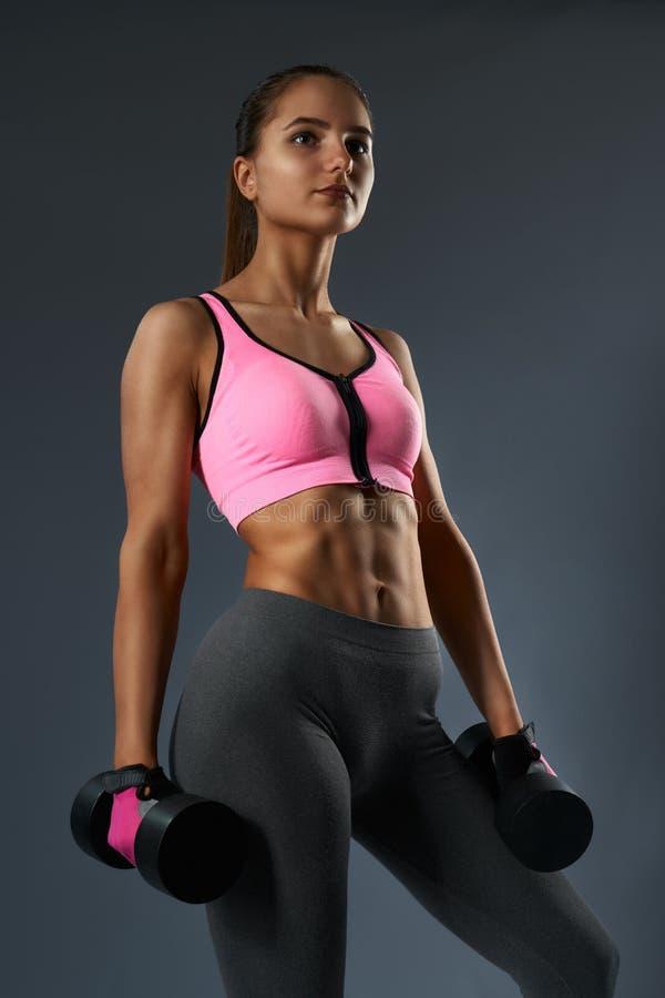 Fêmea bonita desportiva que mostra seu corpo bem treinado imagens de stock royalty free
