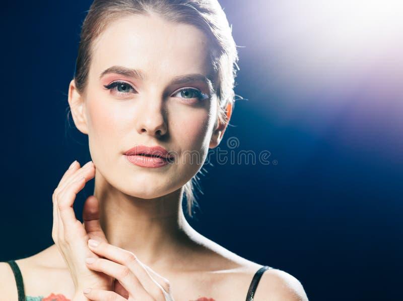 Fêmea bonita do retrato do clube da forma do estúdio das luzes da noite da mulher imagens de stock