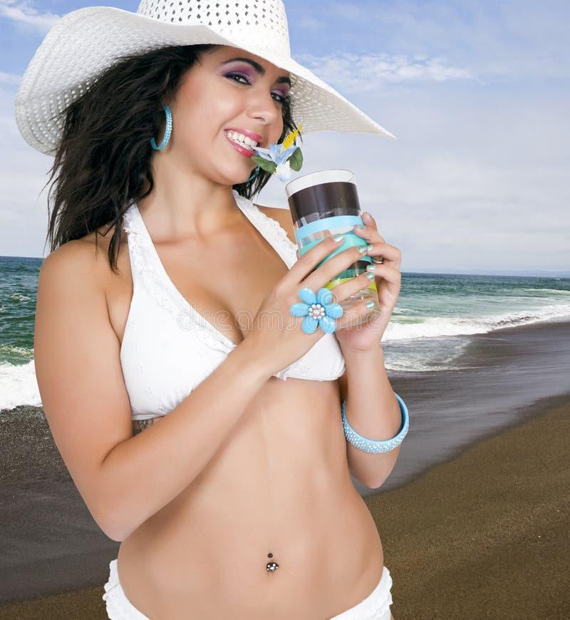 Fêmea bonita na praia no biquini branco fotografia de stock royalty free