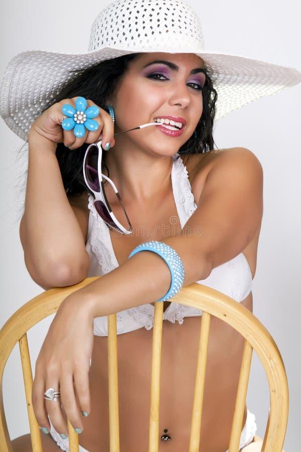 Fêmea bonita que desgasta um chapéu do biquini e do sol imagem de stock
