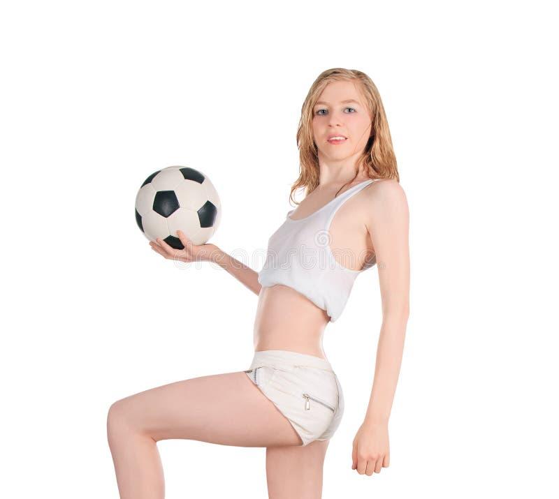 Fêmea caucasiano com a bola de futebol no fundo branco foto de stock
