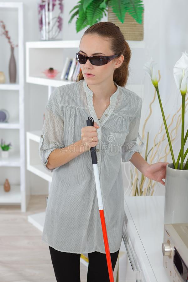 Fêmea cega em casa imagem de stock