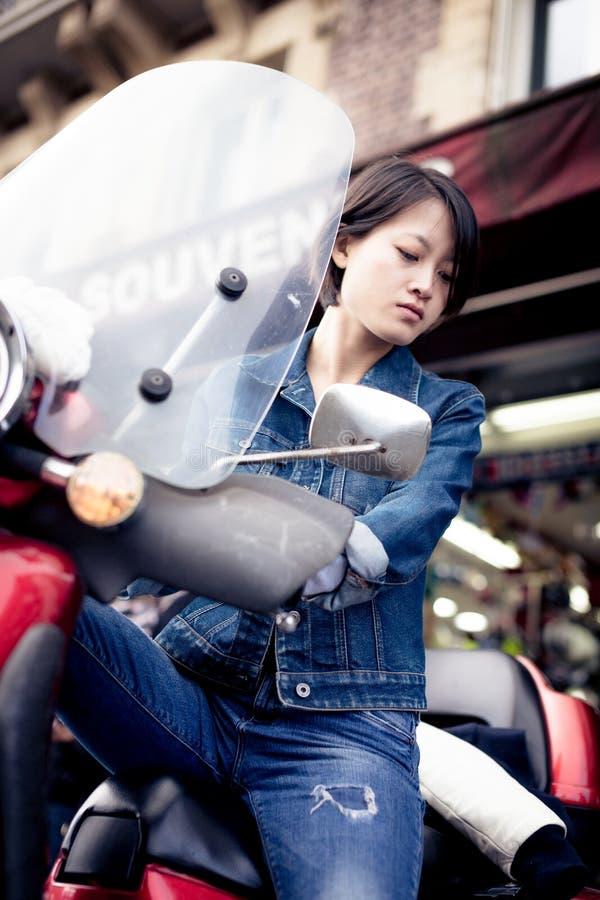 Fêmea chinesa nova no 'trotinette' imagem de stock
