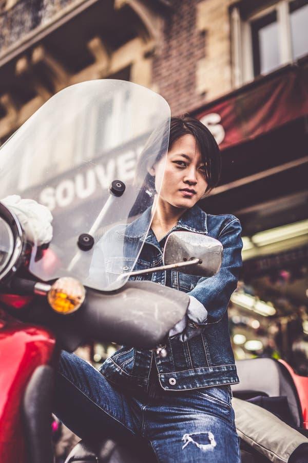 Fêmea chinesa nova no 'trotinette' fotos de stock
