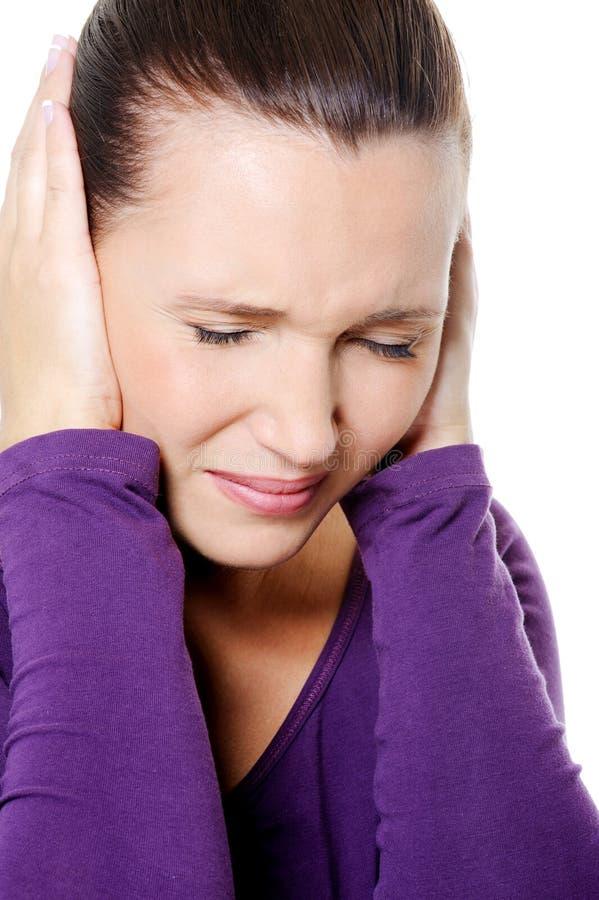 Fêmea com cabeça forte do aperto da dor de cabeça fotografia de stock royalty free