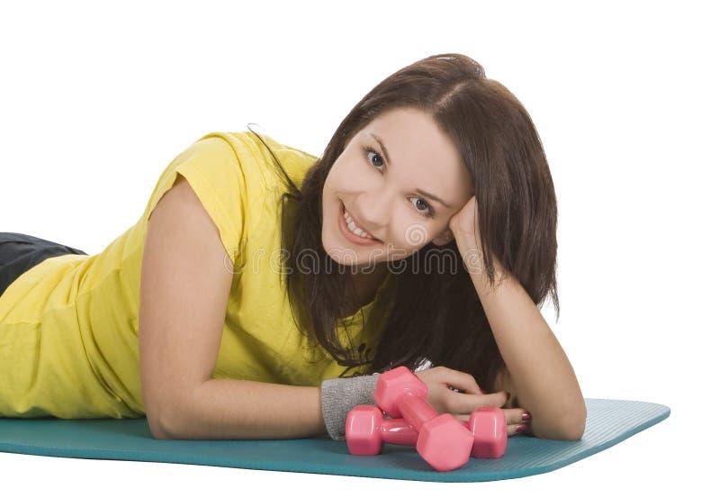 Fêmea com dumbbells da aptidão no centro de esporte fotos de stock