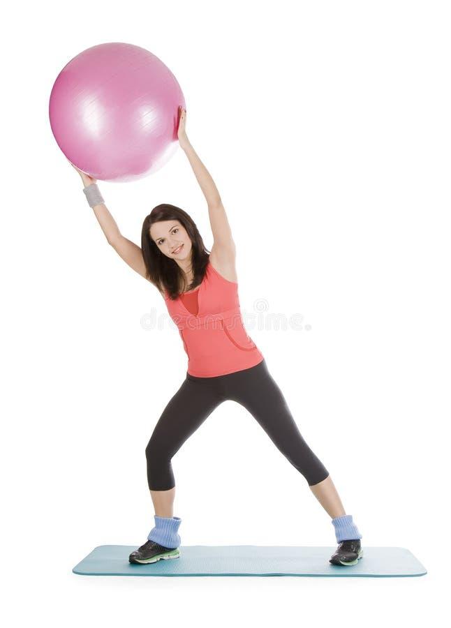Fêmea com a esfera da aptidão no esticão fotografia de stock royalty free