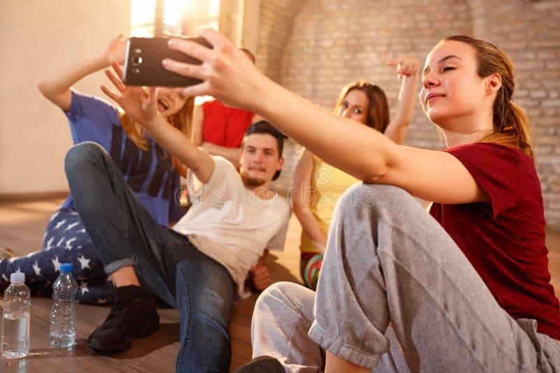 Fêmea com os amigos que fazem o selfie interno imagens de stock royalty free
