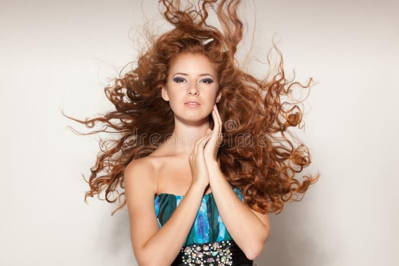 Fêmea com vibração no cabelo do vento imagens de stock royalty free