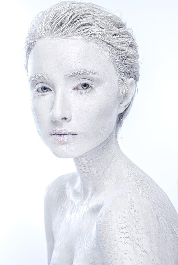 Fêmea congelada despida, mulher coberta no gelo fotografia de stock