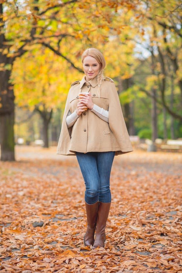 Fêmea consideravelmente nova em Autumn Fashion fotografia de stock royalty free