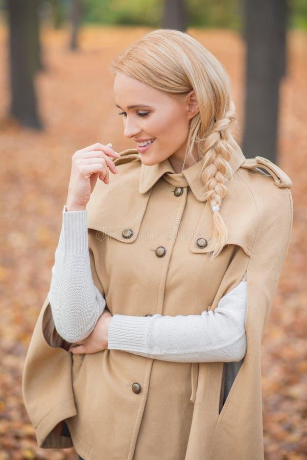 Fêmea consideravelmente nova em Brown Autumn Fashion imagens de stock royalty free