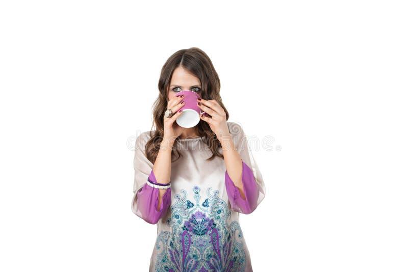 Fêmea consideravelmente nova que bebe de uma caneca foto de stock