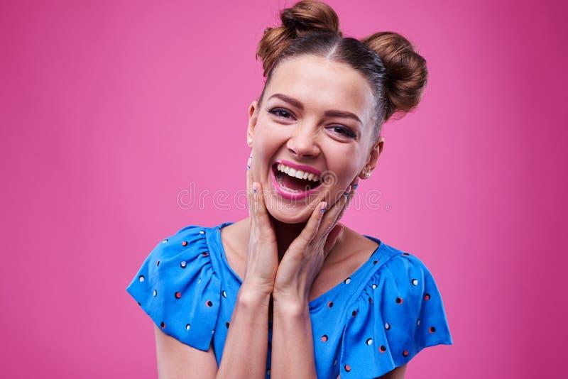 Fêmea cordialmente de sorriso com mãos na cara foto de stock royalty free