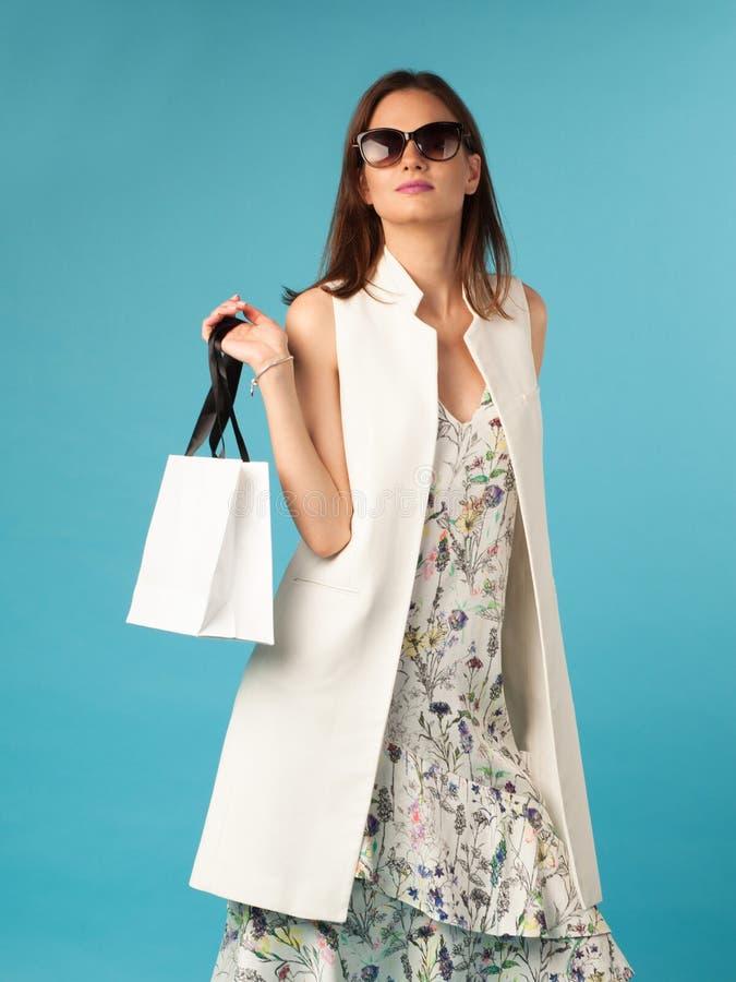 Fêmea da elegância com saco de compras foto de stock royalty free