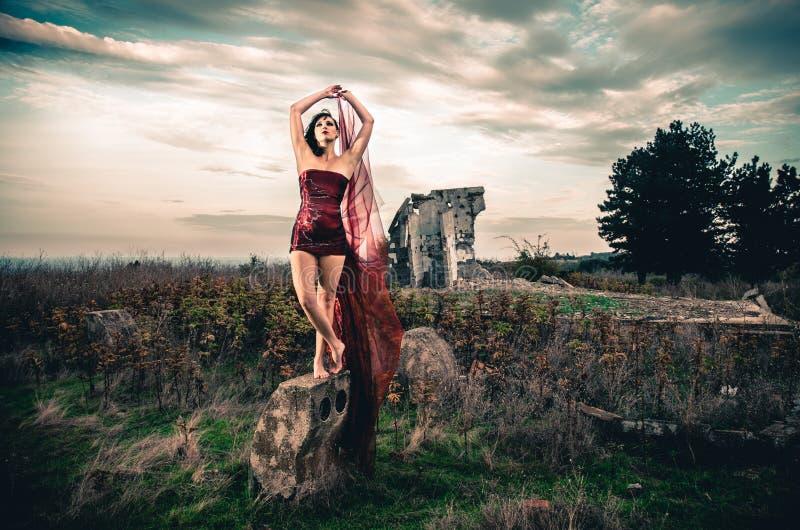 Fêmea da forma no vestido vermelho curto foto de stock royalty free