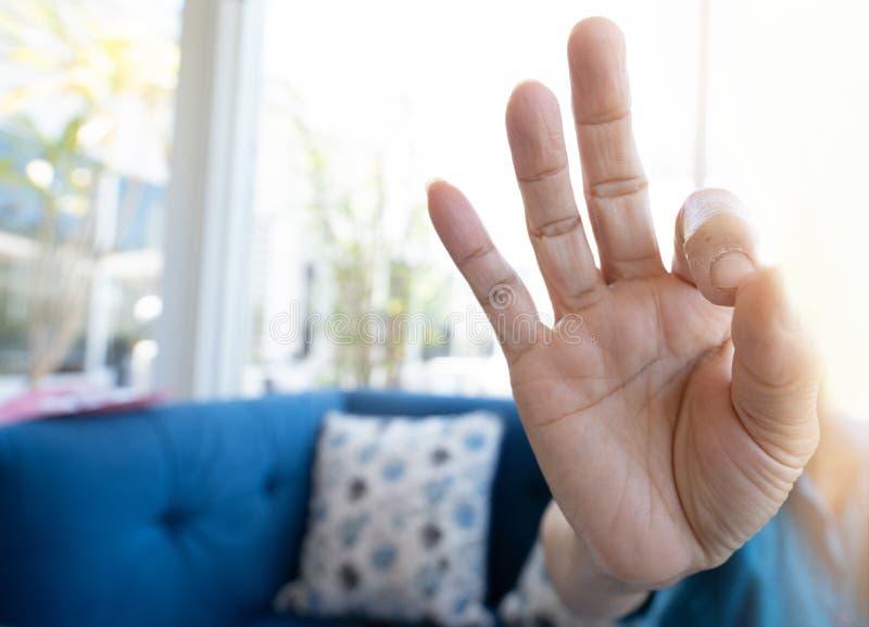 A fêmea da mão fez a APROVAÇÃO do símbolo fotos de stock royalty free