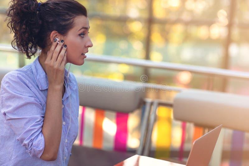Fêmea da raça misturada que executa negociações do negócio no bate-papo video Conceito do Telecommuting fotografia de stock royalty free
