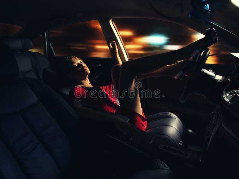 Fêmea de pele escura nova que conduz um carro imagem de stock