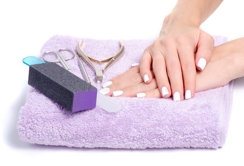 A fêmea de toalha entrega ferramentas do tratamento de mãos imagem de stock