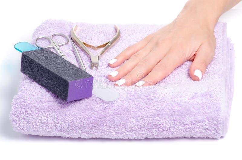 A fêmea de toalha entrega ferramentas do tratamento de mãos fotos de stock royalty free