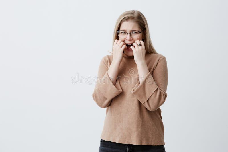 A fêmea desesperada nervosa da virada com cabelo louro gesticula com mãos na raiva, sendo irritado no noivo que está atrasado fotografia de stock royalty free