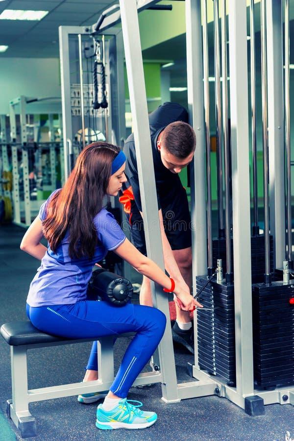Fêmea desportivo no sportswear que faz o exercício com um peso pesado fotos de stock
