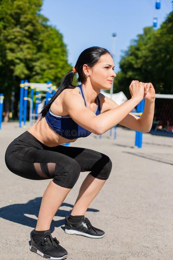 Fêmea desportivo nova no campo de jogos do esporte fotos de stock