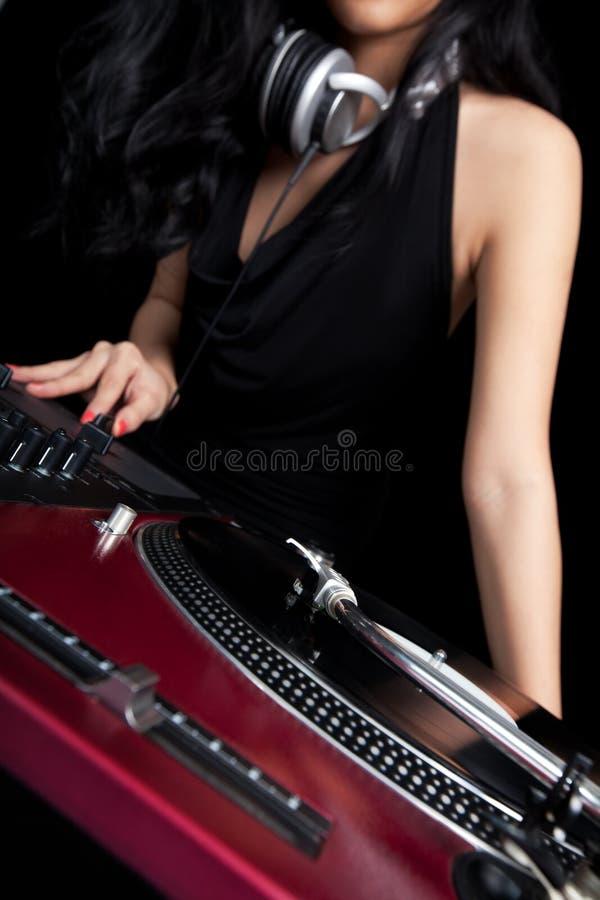 Fêmea DJ que mistura em plataformas giratórias imagens de stock royalty free