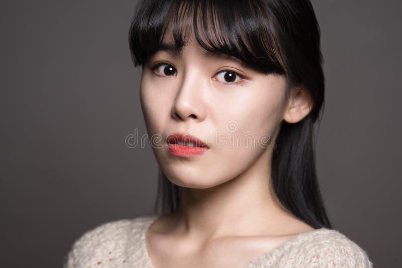 Fêmea do estúdio de 20 mulheres asiáticas tristes imagens de stock