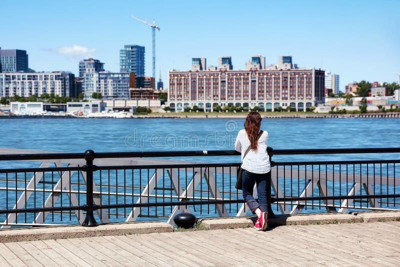 f?mea do ruivo que olha o cen?rio da cidade de Montreal e do Rio S?o Louren?o em um dia de ver?o ensolarado em Quebeque, Canad? imagem de stock