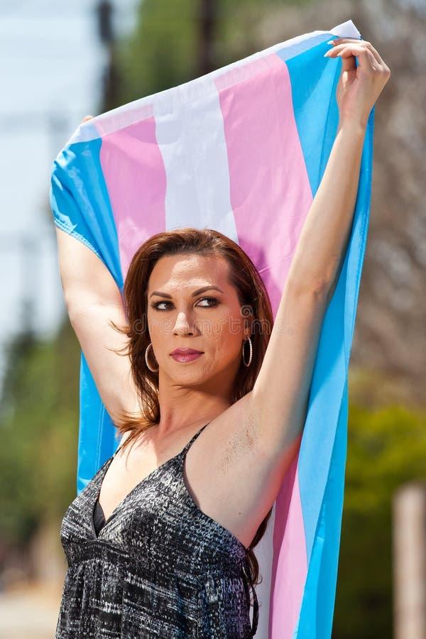 Fêmea do Transgender com bandeira do orgulho foto de stock