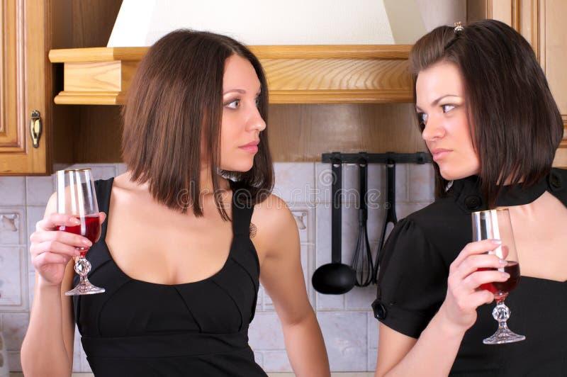 A fêmea dois bonita tem um argumento foto de stock royalty free
