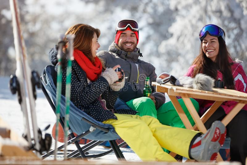 Fêmea e masculino no esqui a apreciar no café foto de stock royalty free