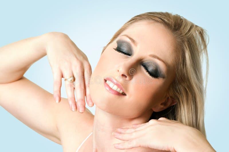 Fêmea em um fundo azul fotografia de stock