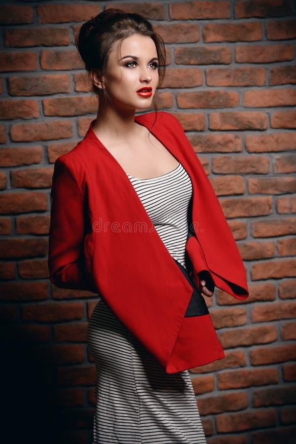 Fêmea em vestido listrado imagens de stock royalty free