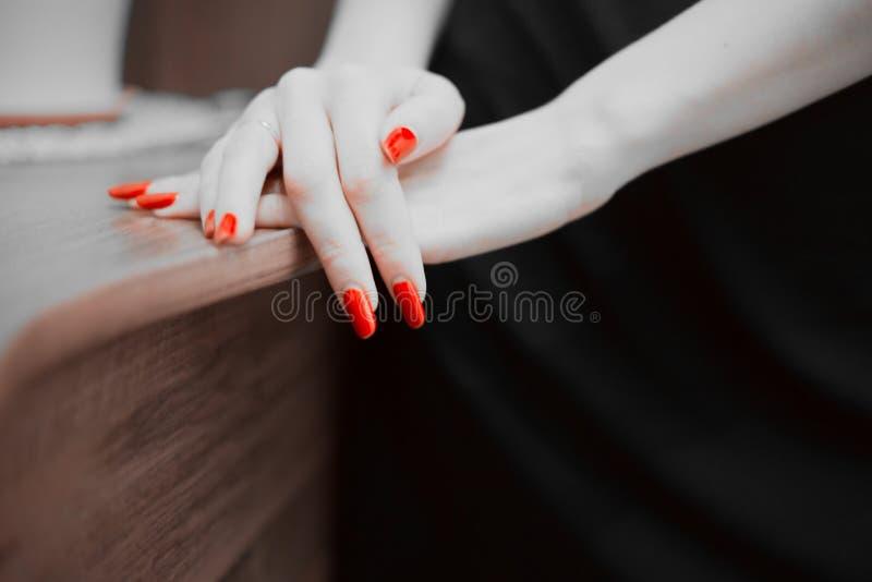 A fêmea entrega o close up vermelho do espaço da cópia dos pregos fotografia de stock royalty free