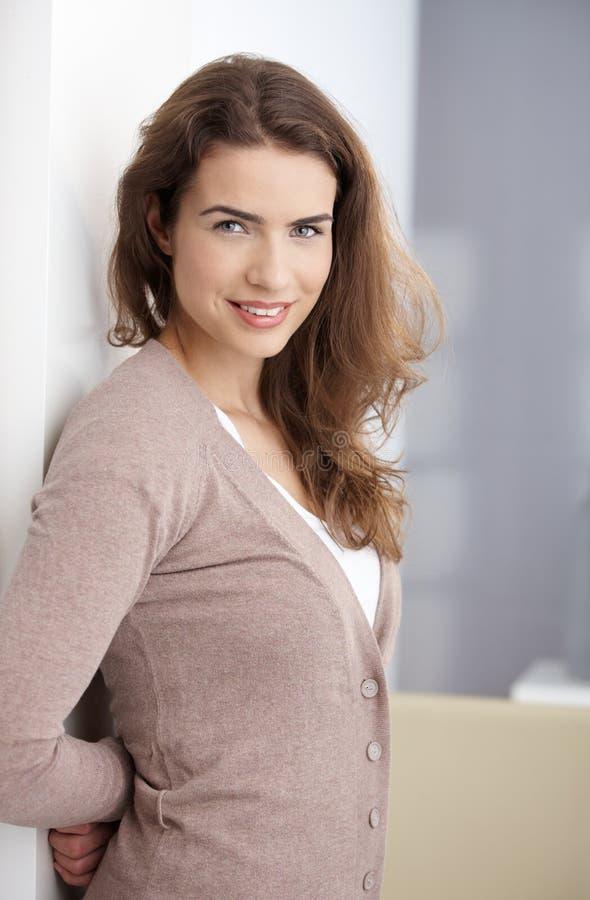 Fêmea feliz que está em casa fotografia de stock