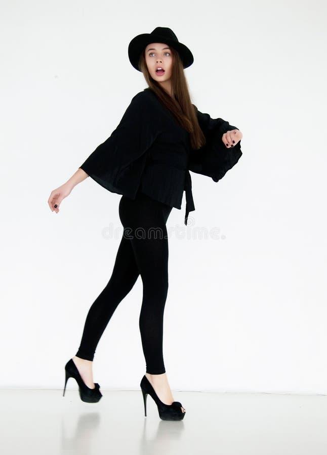 Fêmea glamoroso no levantamento retro preto dos vestuários fotografia de stock