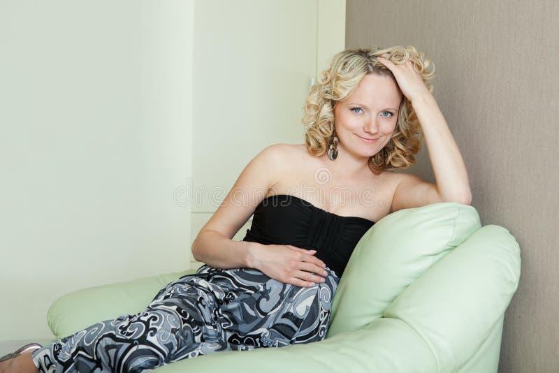 Fêmea grávida bonita imagens de stock royalty free