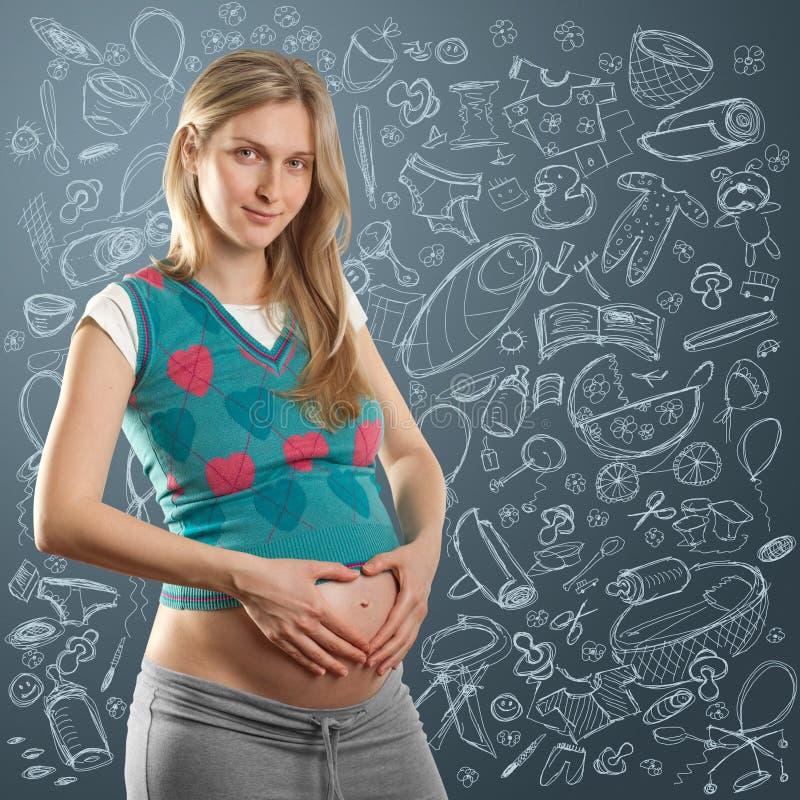 Fêmea grávida macia com coração imagens de stock