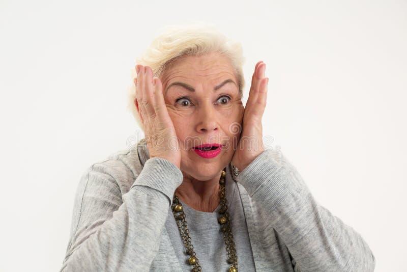 Fêmea idosa surpreendida isolada imagem de stock