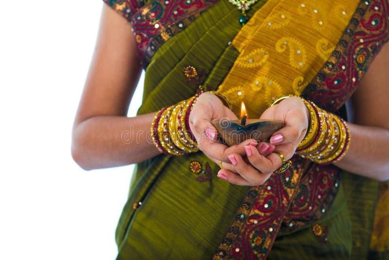 Fêmea indiana tradicional com a lâmpada de óleo durante a celebração o foto de stock